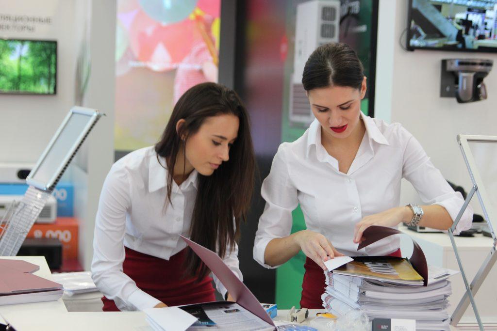 exhibition 2865698 1920 1024x683 - O bom relacionamento no ambiente de trabalho. Como anda o seu?