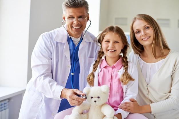 doutor feliz com seus pacientes 1098 377 - doutor-feliz-com-seus-pacientes_1098-377