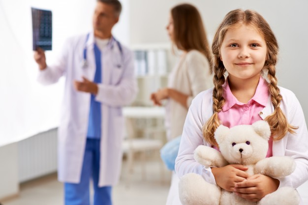 menina feliz no medico 1098 364 - menina-feliz-no-medico_1098-364